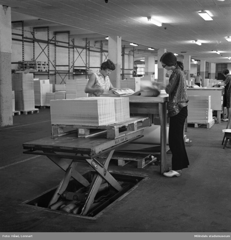 Kvinnor i arbete med att sortera papper på Papyrus i Mölndal, 8/9 1970.