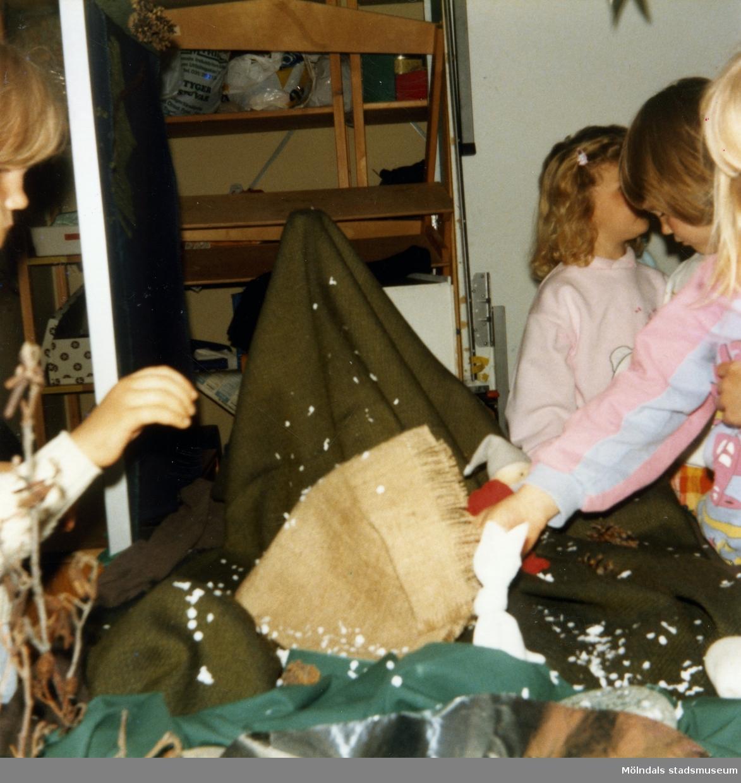Dockteater på Lackarebäcks barnstuga 1987-04-30. Föreställning för dagbarnvårdare. Fotografi ur album tillhörande Blanka Kaplan.
