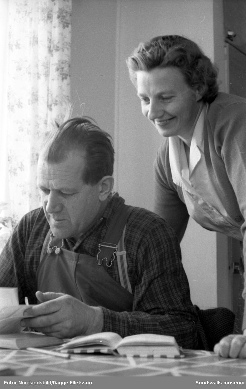 Väderleksstationen i Ljungaverk, föreståndarinnan och hennes make. Bilder till ett reportage i Dagens Nyheter.