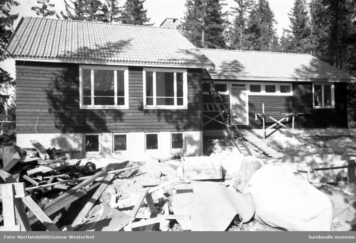 Snart står Alnöscouternas nya föreningslokal i Rökland klar. Frivilliga krafter har jobbat med bygget i ett par år och innan dess har det samlats pengar till finansieringen. Man har även erhållit anslag från arvsfonden. Reportage i Dagbladet.