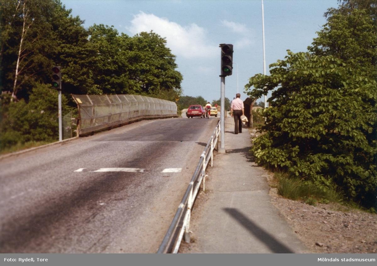 Järnvägsbron (revs sommaren 1980) mellan Kvarnbygatan och Stensjögatan.