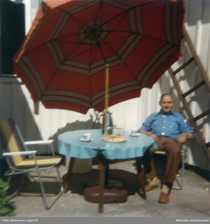 Solhemsgatan 10, år 1978. Åke Börjesson på den soliga uteplatsen mellan ingången till hushalvan. En omtyckt uteplats.