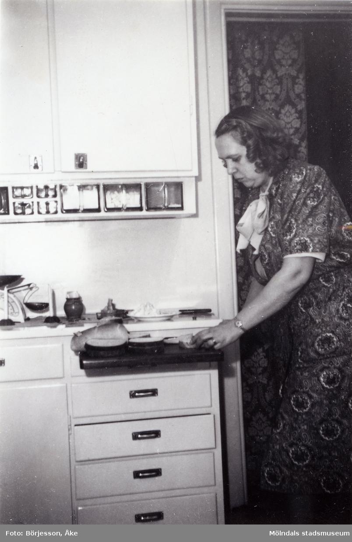 Inga-Lill Börjesson i köket julen 1948.