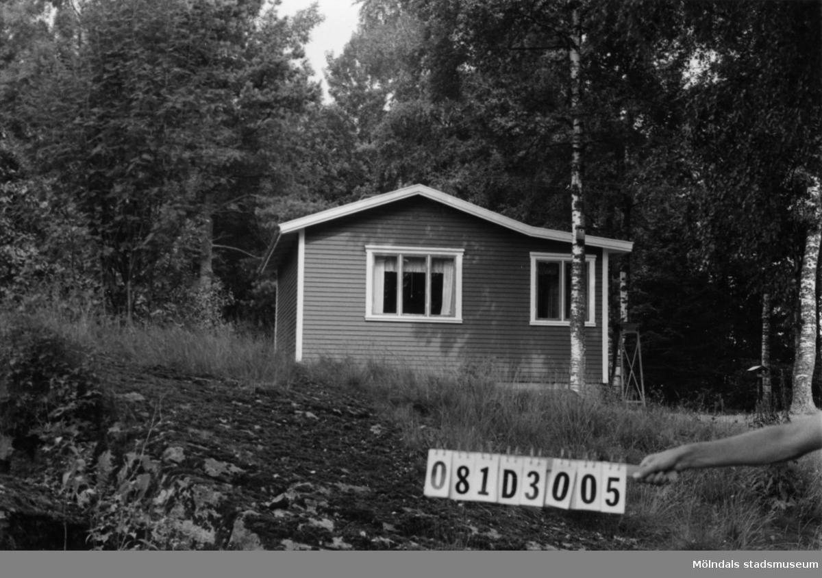 Byggnadsinventering i Lindome 1968. Greggered 1:30. Hus nr: 081D3005. Benämning: fritidshus och redskapsbod. Kvalitet, fritidshus: mycket god. Kvalitet, redskapsbod: god. Material: trä. Tillfartsväg: framkomlig. Renhållning: soptömning.