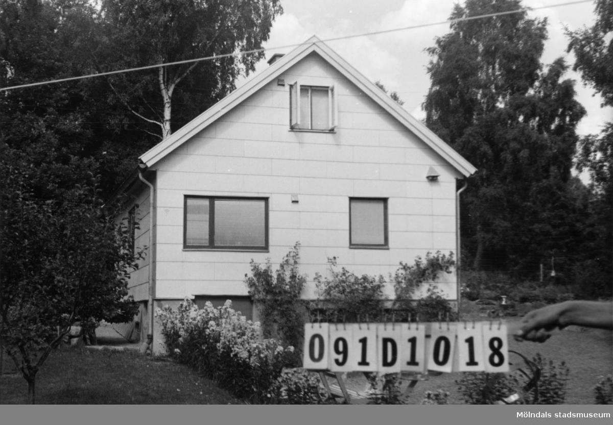 Byggnadsinventering i Lindome 1968. Skräppholmen 2:4. Hus nr: 091D1018. Benämning: fritidshus och redskapsbod. Kvalitet: god. Material, fritidshus: eternit. Material, redskapsbod: trä. Tillfartsväg: framkomlig. Renhållning: soptömning.