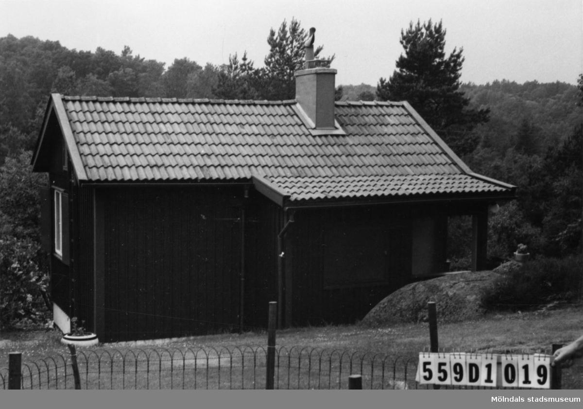 Byggnadsinventering i Lindome 1968. Ingemantorp 2:23. Hus nr: 559D1019. Benämning: fritidshus och redskapsbod. Kvalitet: god. Material: trä. Tillfartsväg: ej framkomlig. Renhållning: soptömning.