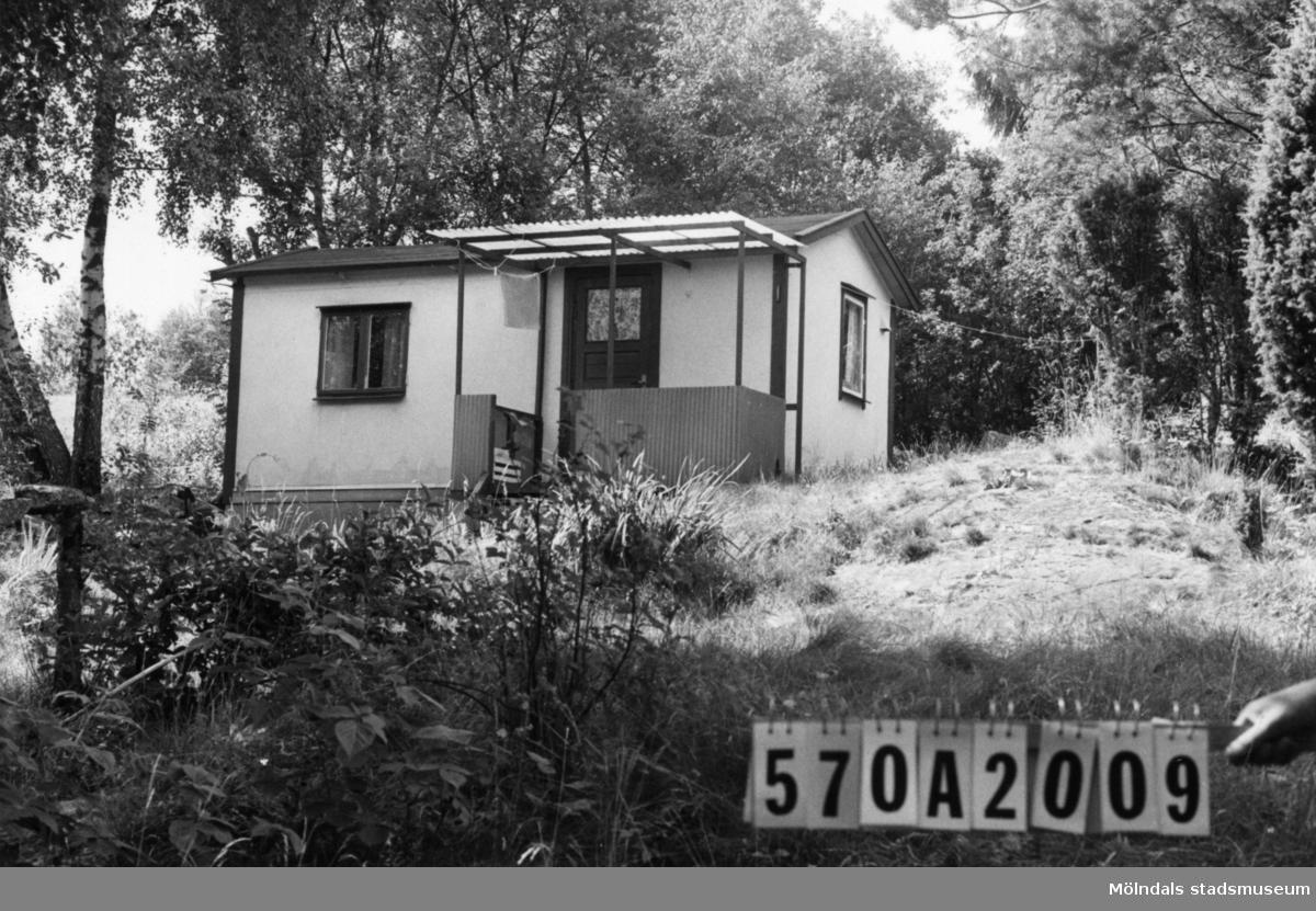 Byggnadsinventering i Lindome 1968. Bräcka 1:42. Hus nr: 570A2009. Benämning: fritidshus och redskapsbod. Kvalitet: mindre god. Material: trä, masonit. Tillfartsväg: ej framkomlig.