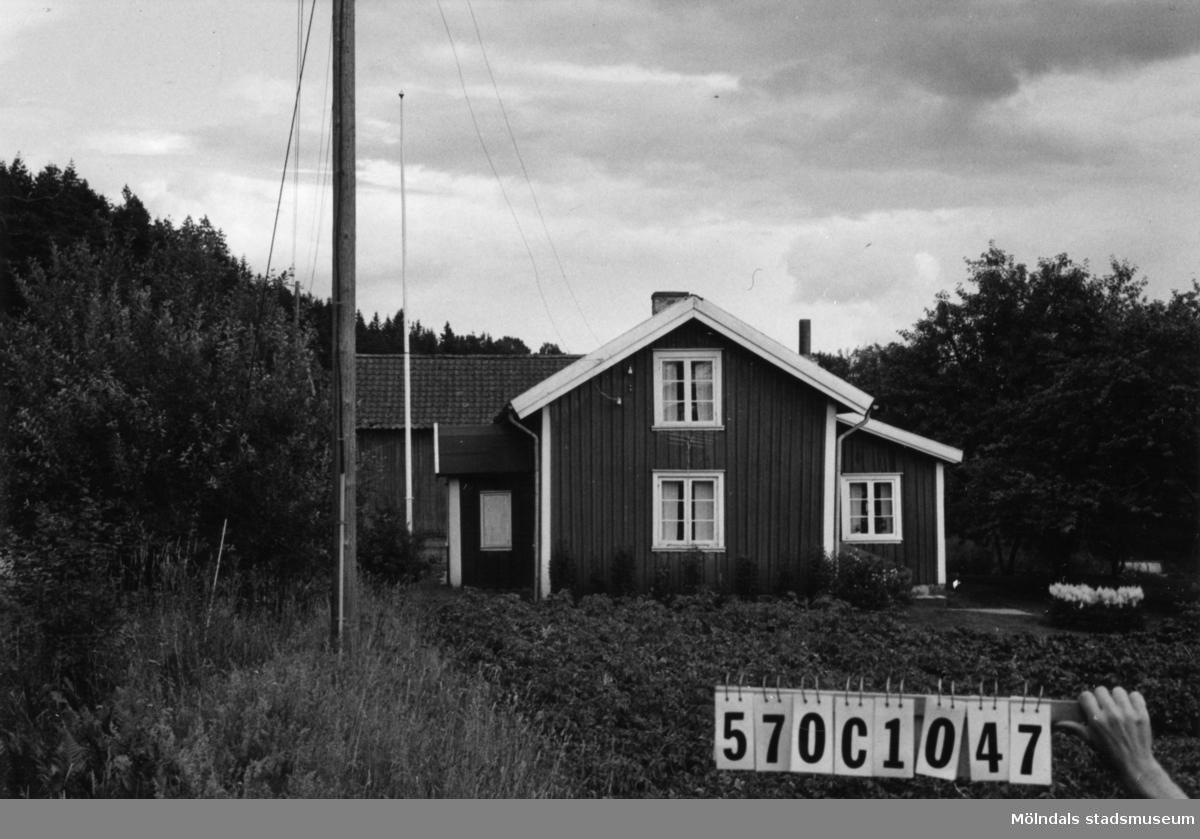 Byggnadsinventering i Lindome 1968. Annestorp 1:21. Hus nr: 570C1047. Benämning: permanent bostad och ladugård. Kvalitet: god. Material: trä. Tillfartsväg: framkomlig.