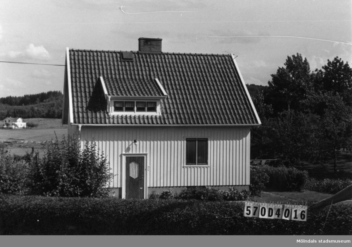 Byggnadsinventering i Lindome 1968. Annestorp 14:1. Hus nr: 570D3018. Benämning: permanent bostad. Kvalitet: mycket god. Material: trä. Tillfartsväg: framkomlig. Renhållning: soptömning.