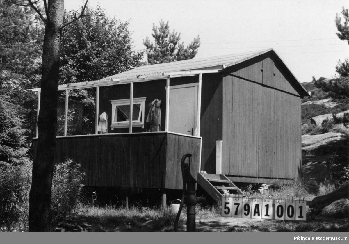 Byggnadsinventering i Lindome 1968. Lindome 6:43. Hus nr: 579A1001. Benämning: fritidshus och hönshus. Kvalitet: mindre god. Material: trä. Tillfartsväg: framkomlig. Renhållning: soptömning.