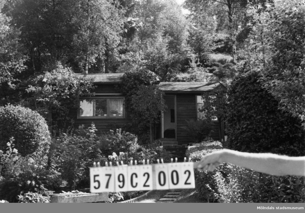 Byggnadsinventering i Lindome 1968. Hassungared 4:3. Hus nr: 579C2002. Benämning: fritidshus och redskapsbod. Kvalitet, fritidshus: mycket god. Kvalitet, redskapsbod: mindre god. Material: trä. Tillfartsväg: framkomlig.