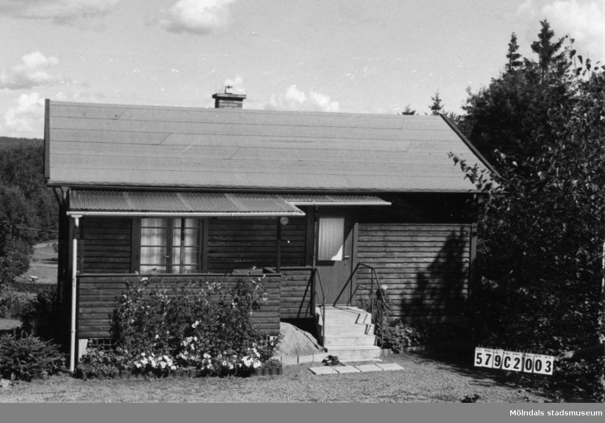 Byggnadsinventering i Lindome 1968. Hassungared 4:2. Hus nr: 579C2003. Benämning: fritidshus, gäststuga och redskapsbod. Kvalitet, fritidshus: mycket god. Kvalitet, gäststuga: god. Kvalitet, redskapsbod: mindre god. Material: trä. Tillfartsväg: framkomlig.