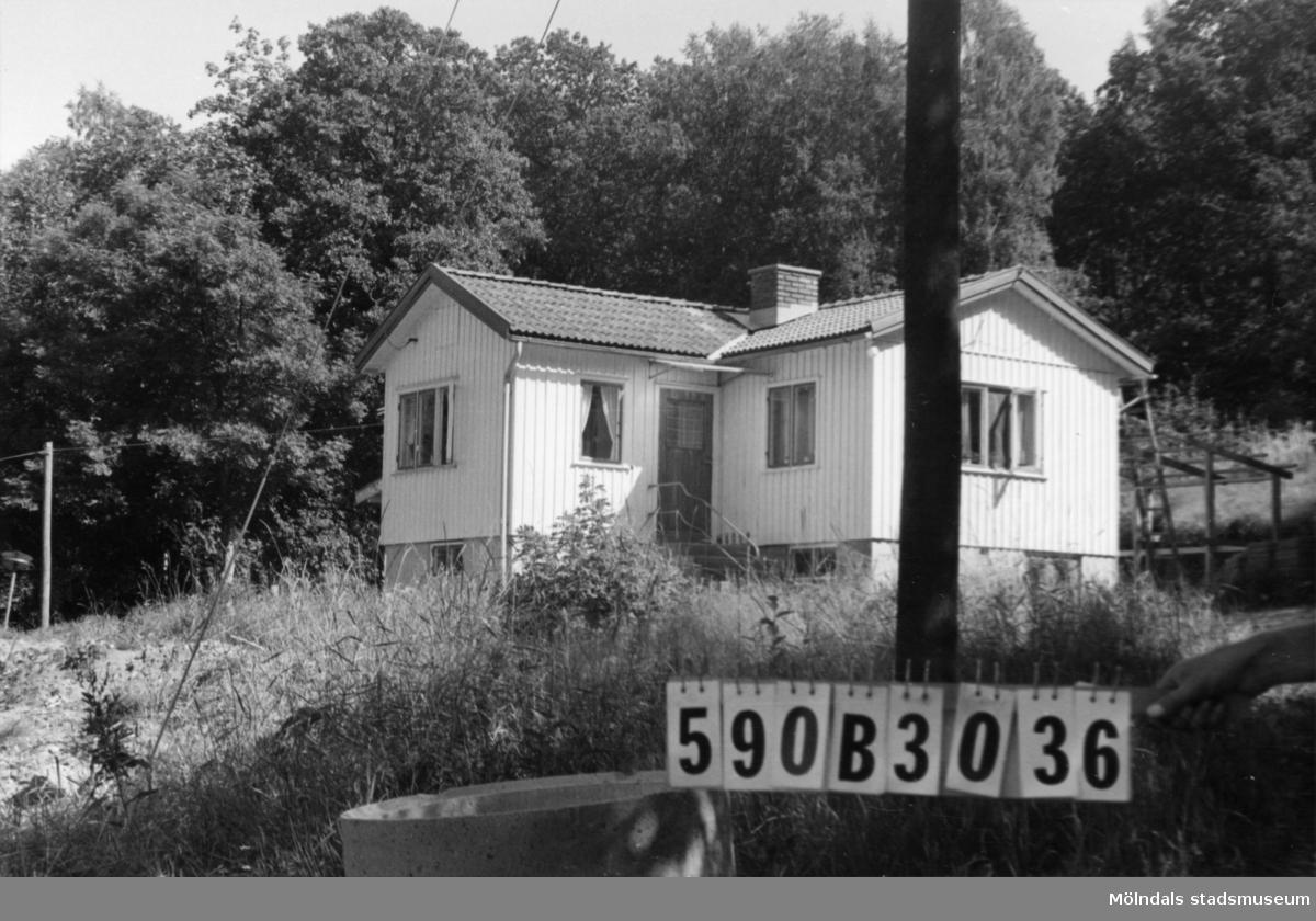Byggnadsinventering i Lindome 1968. Hällesåker 7:2. Hus nr: 590B3036. Benämning: permanent bostad och redskapsbod. Kvalitet: god. Material: trä. Övrigt: hundgård. Tillfartsväg: framkomlig. Renhållning: soptömning.