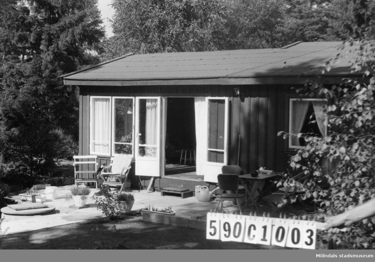 Byggnadsinventering i Lindome 1968. Hällesåker 3:66. Hus nr: 590C1003. Benämning: fritidshus och redskapsbod. Kvalitet, bostadshus: god. Kvalitet, redskapsbod: mindre god. Material, bostadshus: trä, masonite. Material, redskapsbod: trä. Övrigt: skräpigt. Tillfartsväg: framkomlig. Renhållning: soptömning.
