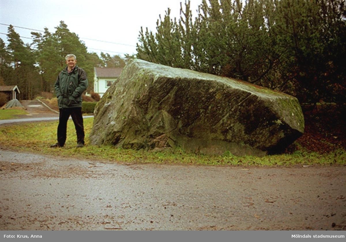 Sven-Åke Svensson står bredvid en gränssten fr. Tulebo.
