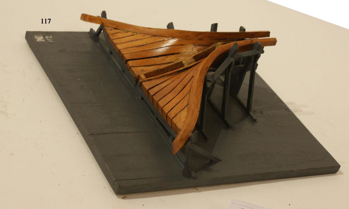 Modell av stol för byggandet av en fartygslåring. Modell av trä, gråmålad.