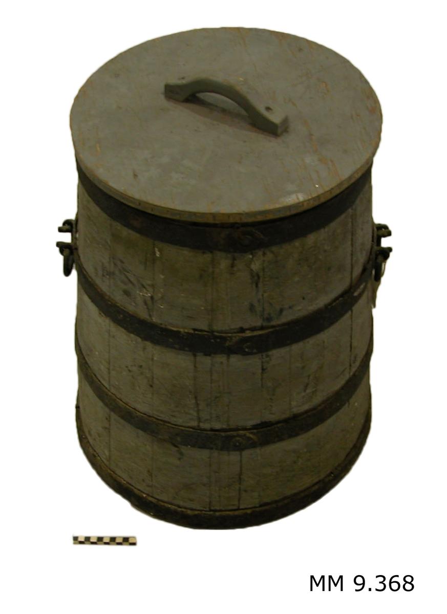 Kärl, av trä, runt, uppåt koniskt, gråmålat. Kärlet försett med fyra järnband, varav det andra uppifrån är försett med två rörliga bärhandtag av järn. Märkt med svart: Påt-aska.
