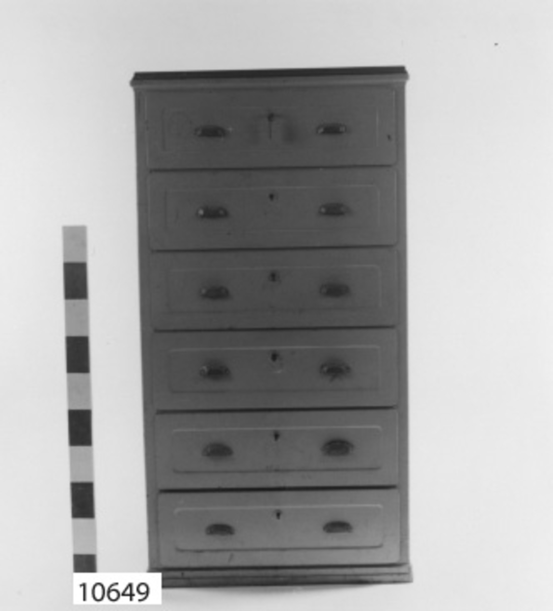 Byrå av plåt. Sex lådor. Gråmålad. Jämför K 10650.