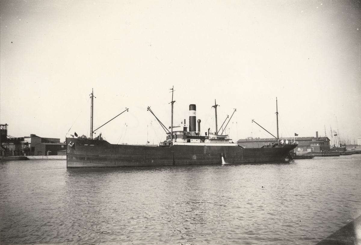 """Foto i svartvitt visande lastångfartyget """"LOUIS DE GEER"""" av Norrköping i Köpenhamn under 1930-talet."""
