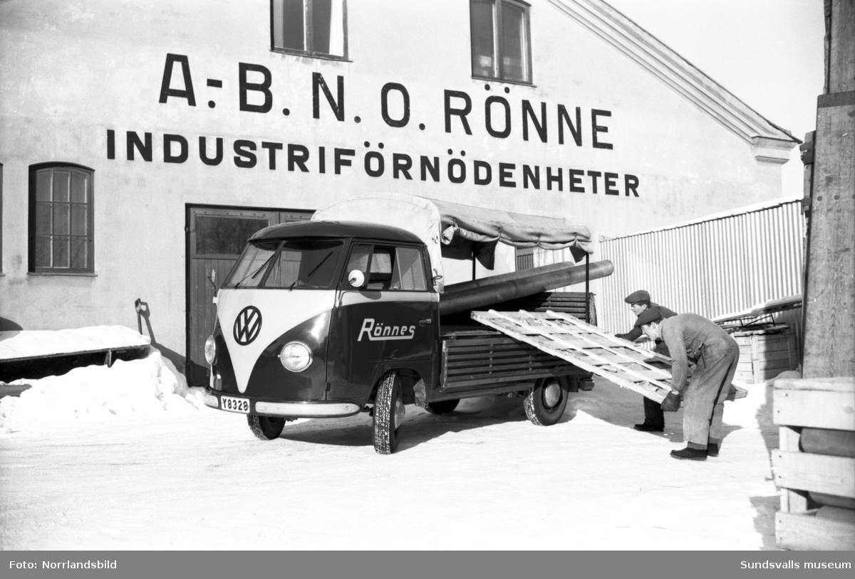 Två anställda på AB N.O. Rönne Industriförnödenheter, Rönnes, lastar material på en Volkswagen-pickupp. Porträttbild på Herr Åberg (direktör?).