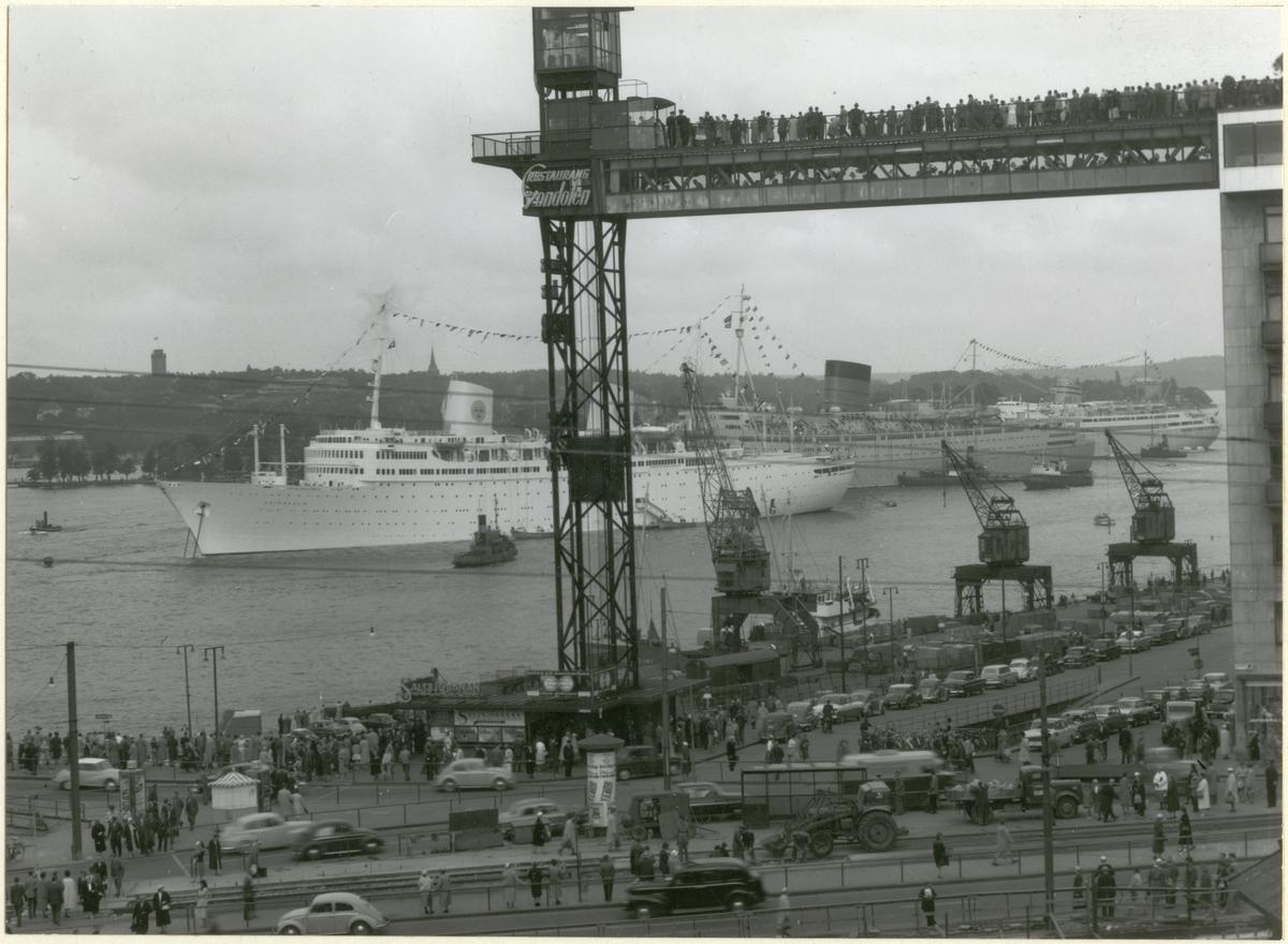 Foto i svartvitt visande hamnbild från Stockholm med passagerarfartygen Gripsholm, Caronia och Bergensfjord på Stockholms ström den 22 juli 1958.
