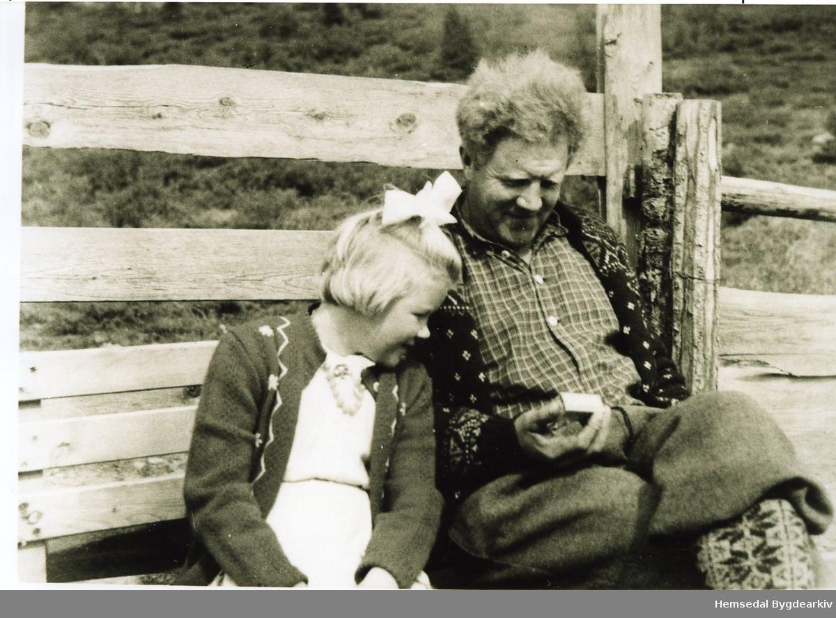 Karie Eikre og Svein Eikre på garden Bakko,, 57.6, i Hemsedal, dkring 1950