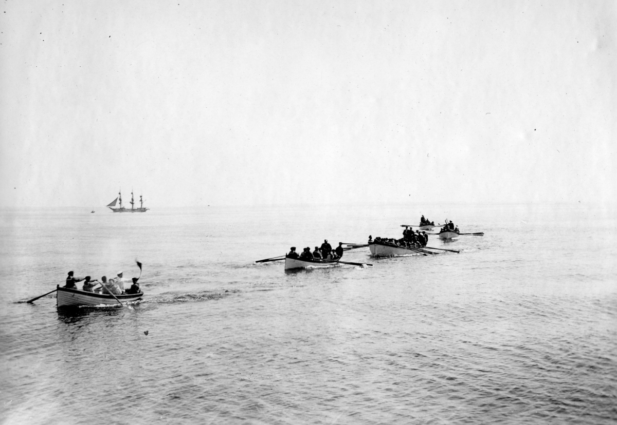 Fartyg: JARRAMAS                        Övrigt: Jarramas 1925. Övning med joll, gigg, barkass 2 st låringsbåtar