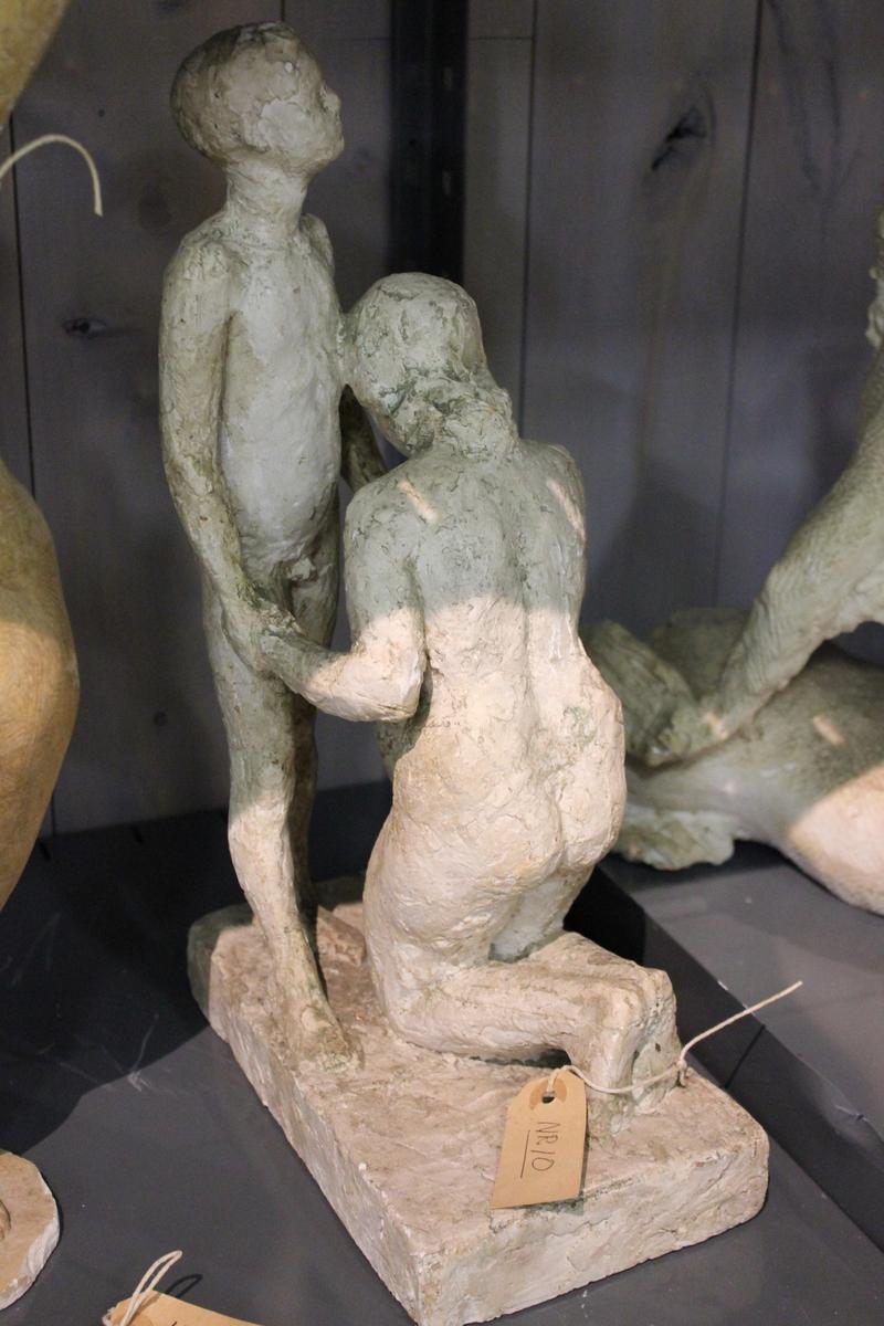 """Skulptur i gips. Tittel: """"ENKEN"""" fra 1947. Del av utkast til monument for sjøfart. Se også 009"""