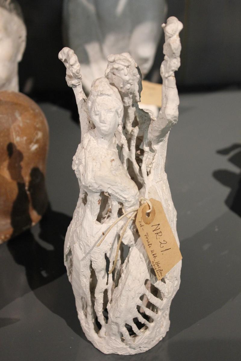 """Skulptur i gips i 2 deler. Første utkast til """"Haldensøylen"""", 2 deler. Se også nr. 212, nr.213 og nr.214. Haldensøylen ble laget til byens 300-års jubileum 1965."""