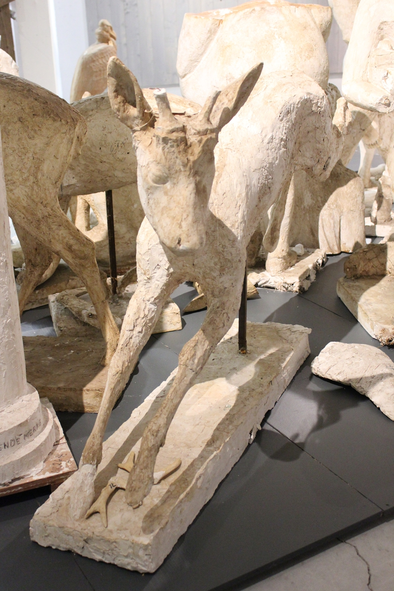 "Skulptur i gips 1 stk.(av 3) Er til ""RÅDYRGRUPPEN"" fra Vigeland, Lindesnes i 1967. Disse er også brukt enkeltvis og to sammen som i ""FLUKT"" på Karmøy. Se også nr.073"