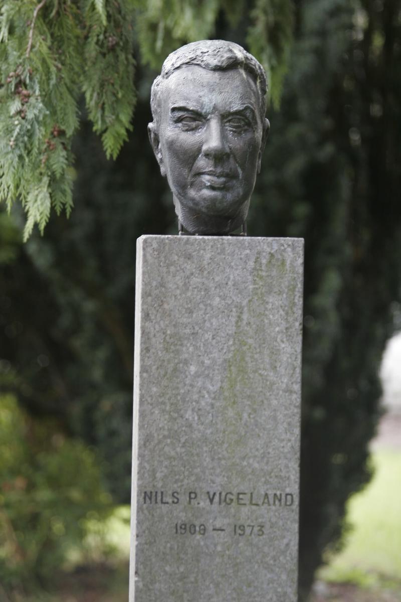 """Portrettbyste i gips av en mann. Uten sokkel. Tittel: """"REKTOR NILS P. VIGELAND"""" fra 1974. Dette var kunstnerens barndomsvenn. Denne står i bronse i """"Ellas have"""" på Vigeland."""