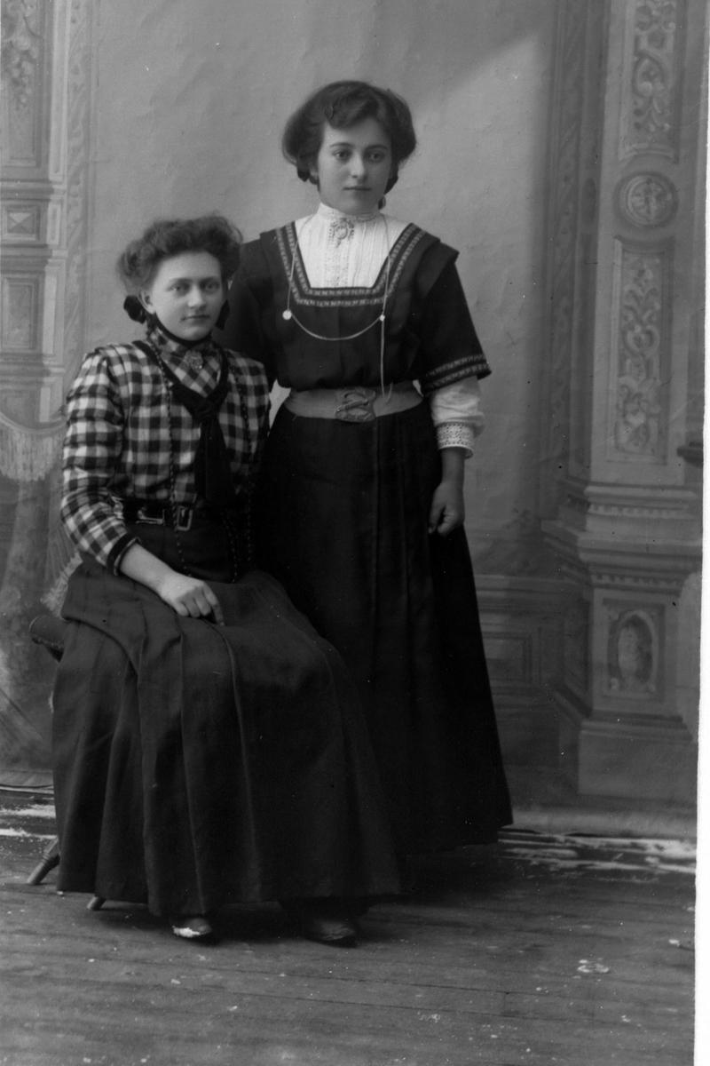 Studioportrett av søstrene Alma og Ida Pedersen.