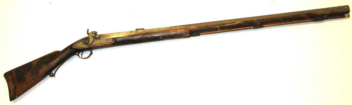 1 rifle.  En grovkalibret, helskjæfter mundladningsrifle, hvis skjæft er forsirt med strekornamenter. Løpet profileret paa oversiden og forsynt med nyt bagsigte av bly. Ladstok av træ medfølger. Løpets længde er 101 cm. Har tilhørt bjørneskytteren Rasmus R. Kreken, Jostedalen, og kjøpt paa auktionen efter ham ved K.A.Ormbergstøl. Efter opgivende av denne findes det ikke i Jostedalen rifle, hvormed er skudt saa mange bjørner som denne.