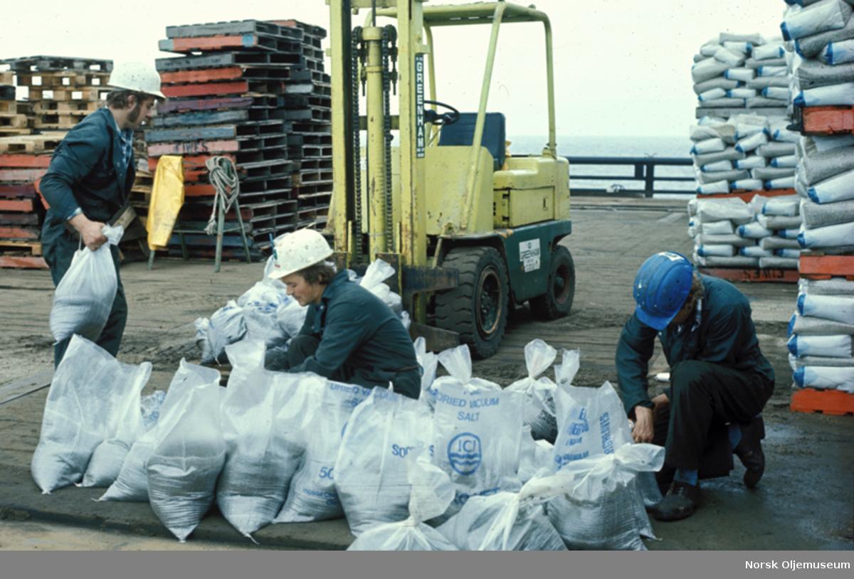 Klargjøring av sandsekker som skal legges over Norpipe til Emden rørledningene.