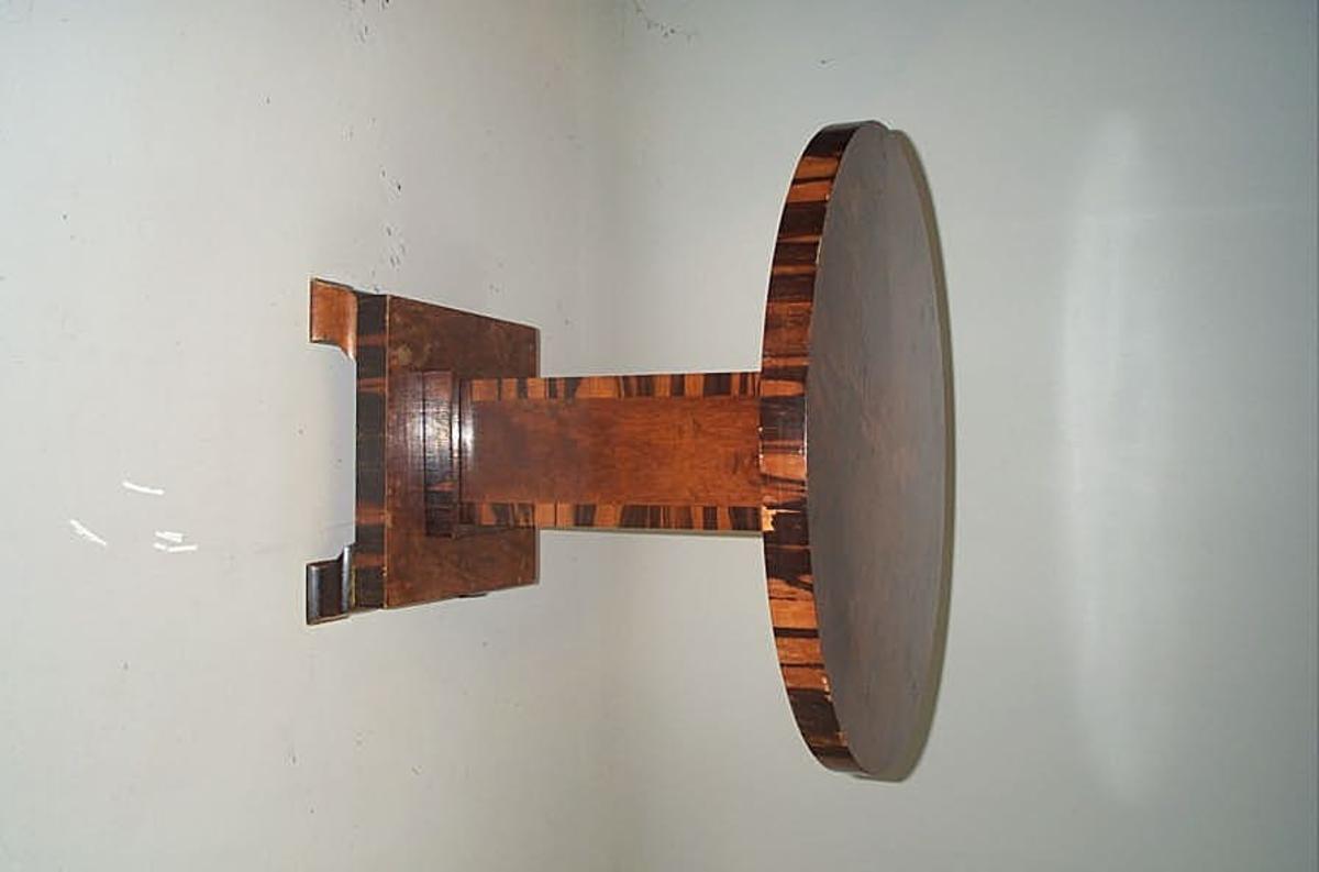 Form: Søylebord  -- firkanta søyle med rund bordplate