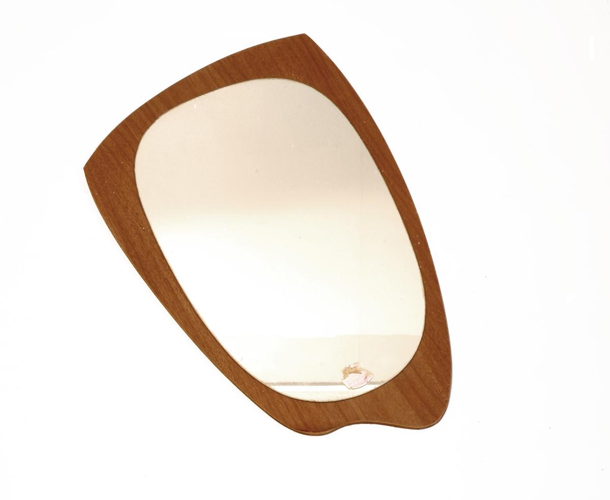 Oval spegel montert på plate av teakimitasjon