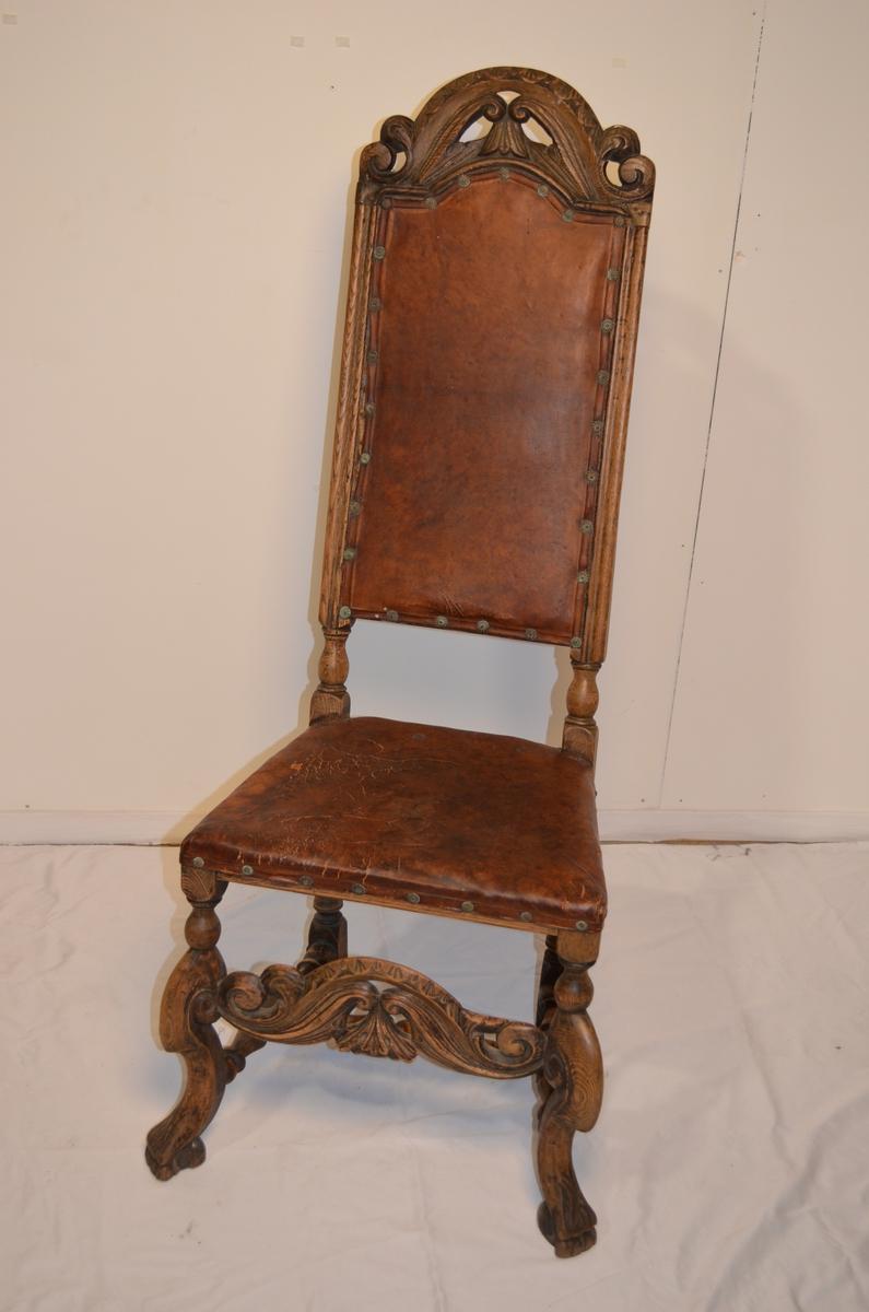 Trestol med skinni rygg og på setet. Utskjæringar i stolrygg og beina.