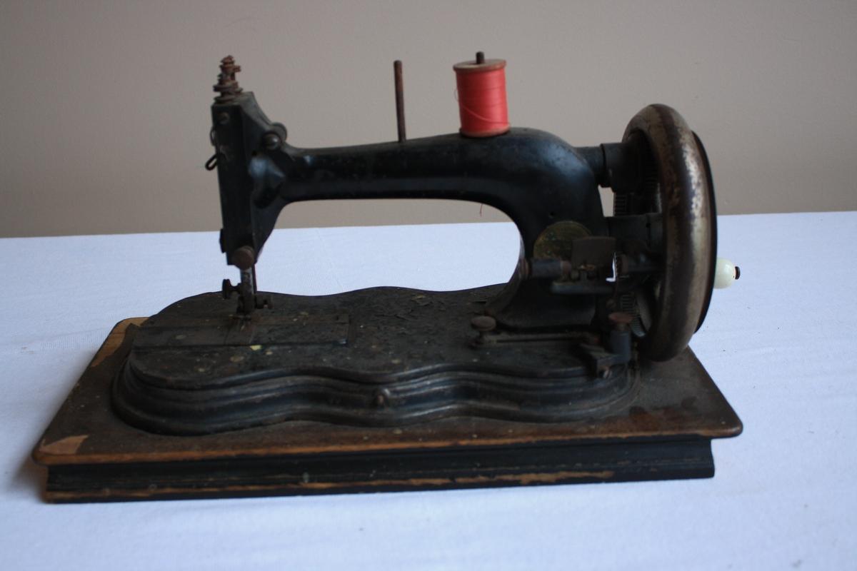 Symaskin med handsveiv.