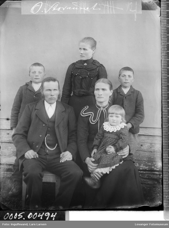 Gruppebilde av en kvinne, en mann, en ungdom og tre barn.