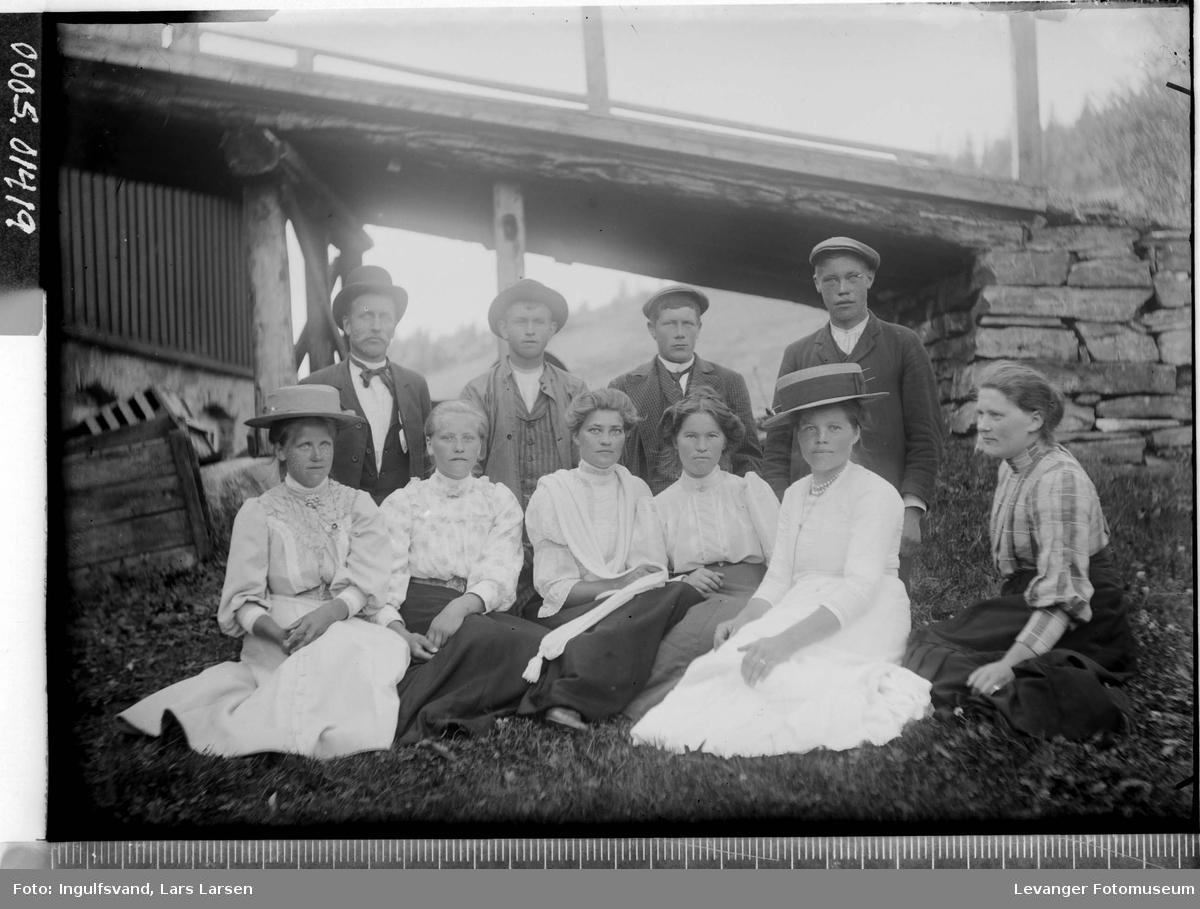 Gruppebilde av fire menn og seks kvinner foran en låvebru.