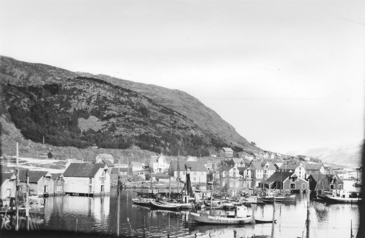 Kalvåg hamn med Knutholmen i forgrunnen under vintersildfiske