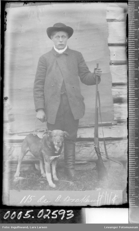 Portrett av en ung mann med hund og våpen.