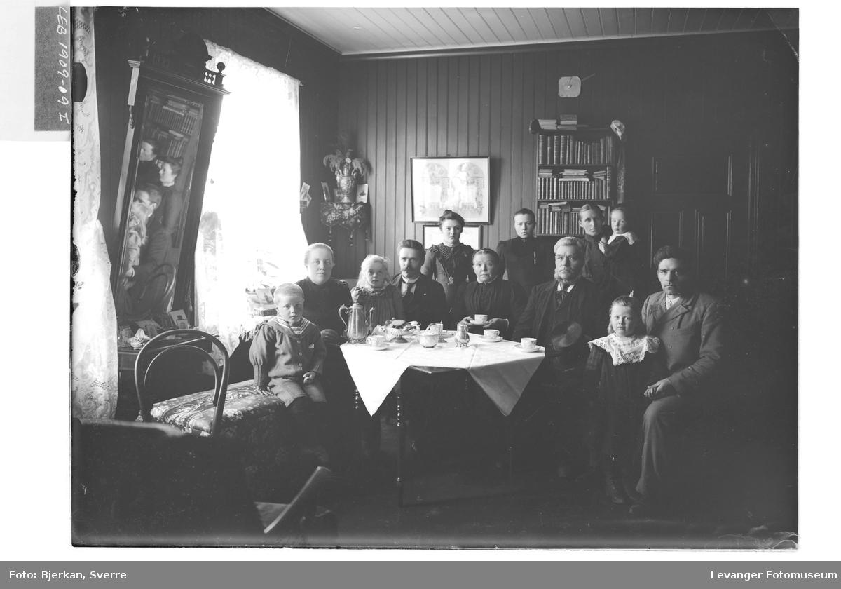 Familiemedlemmer rundt et kaffebord