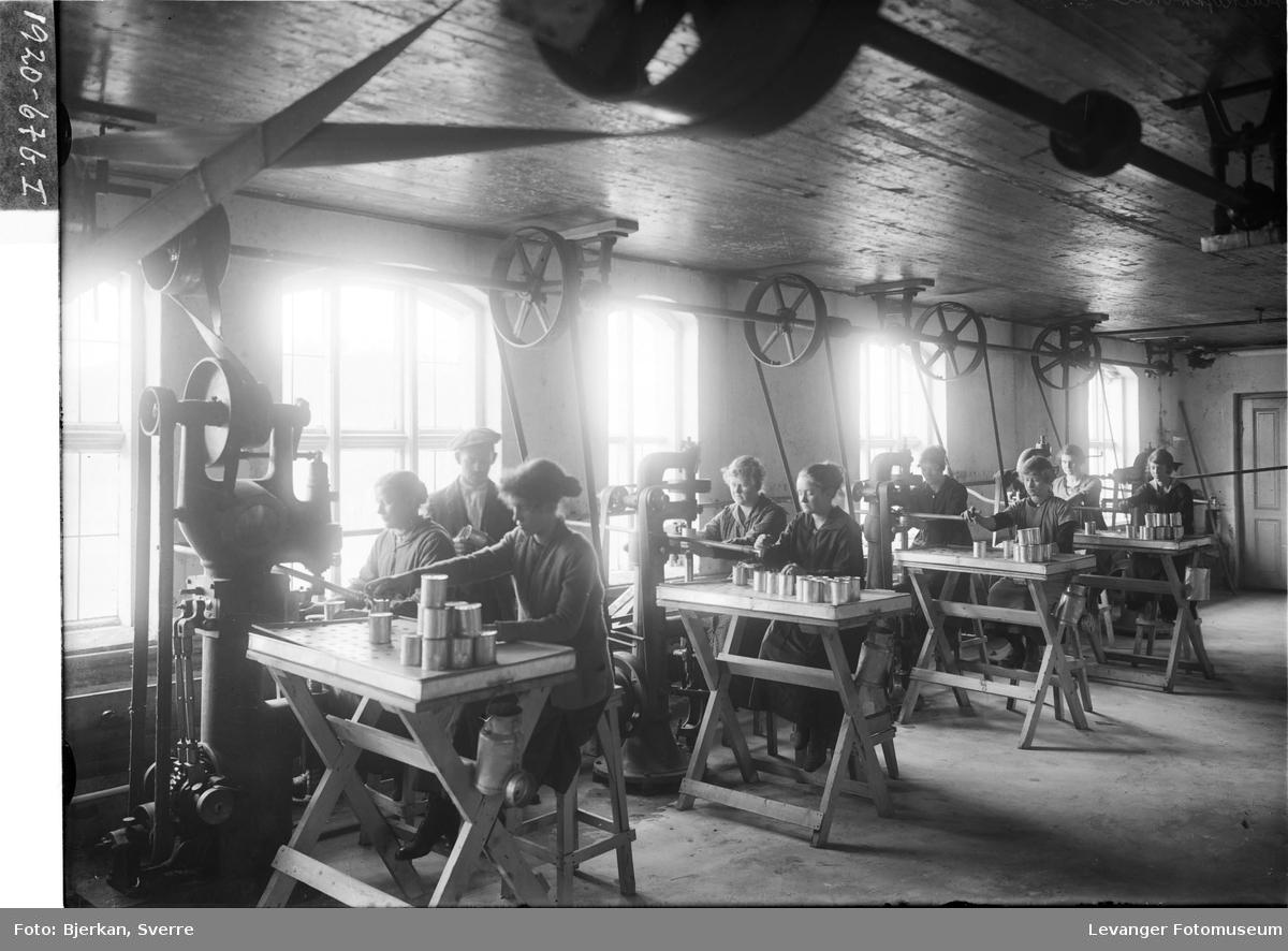 Interiør og arbeidere på Melkefabrikken i Levanger I