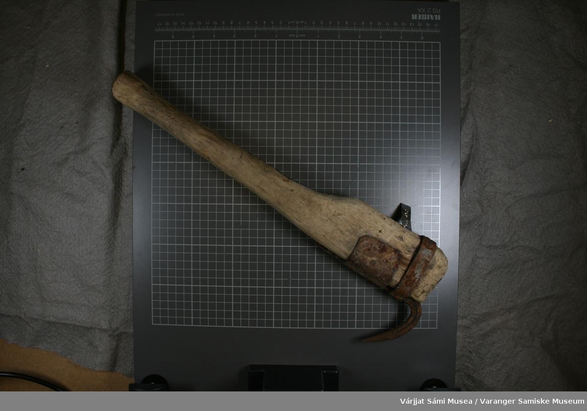 Kveiteklepp. Skaftet laget av tre. Kroken av jern, festet med jernring og klinket fast.