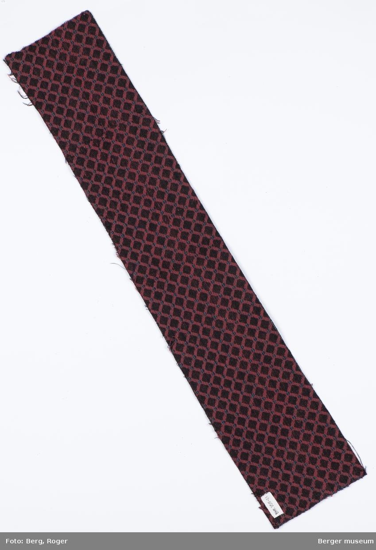 Metervare. Ruter på skrå adskilt med diagonale linjer som krysser. Stripete inne i rutene.
