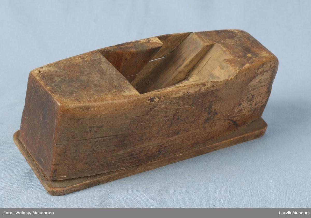 Form: sidene jevnt buet, sålen avlang, enkel stil