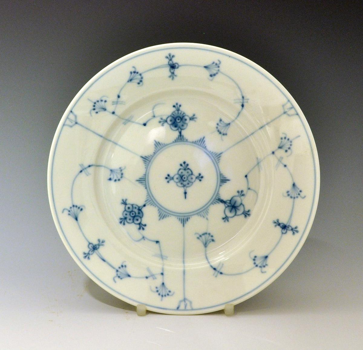 Asjett av porselen. Dekorert med stråmønster i blått. Modell:15.5 Dekor: Stråmønster i blått