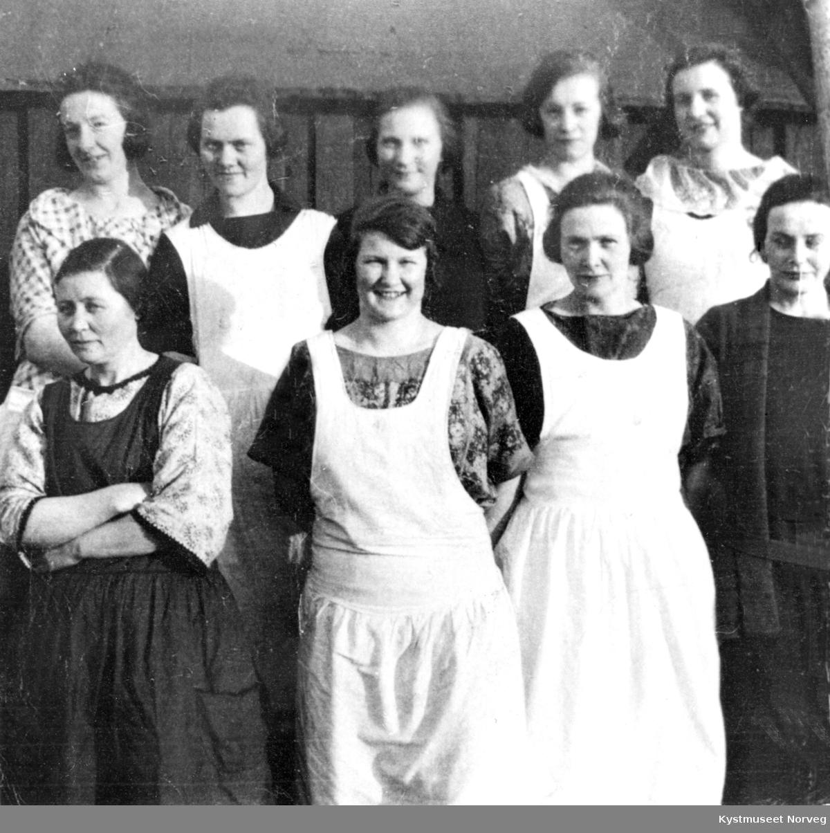 1. rekke fra venstre: Lise Sæternes, Lena Hasfjord, Sofie Sylten, Alfhild Vikestad. 2. rekke fra venstre: Margit Hunnestad, Johanna Grindvik Kvalø, Dagny Lyngsnes, Kitty Kvalø og Hulda Hasfjord, rorbukokker i Nordøyan
