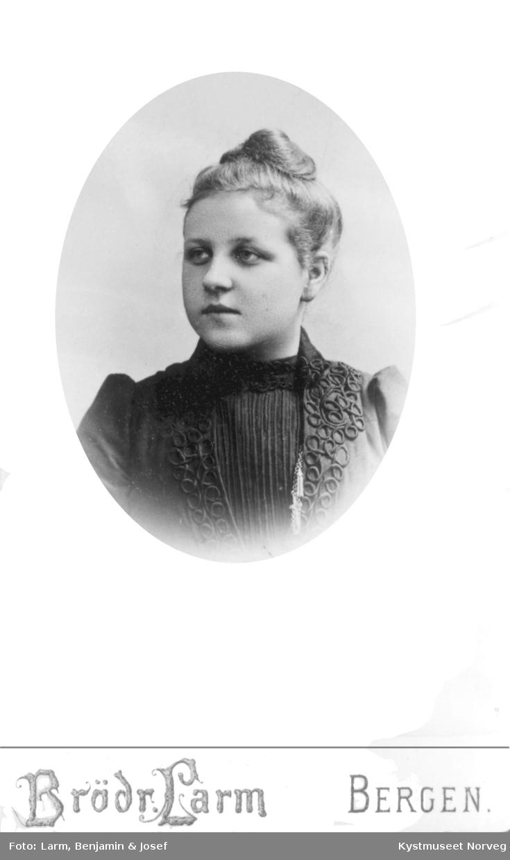 Portrett av ung ukjent jente
